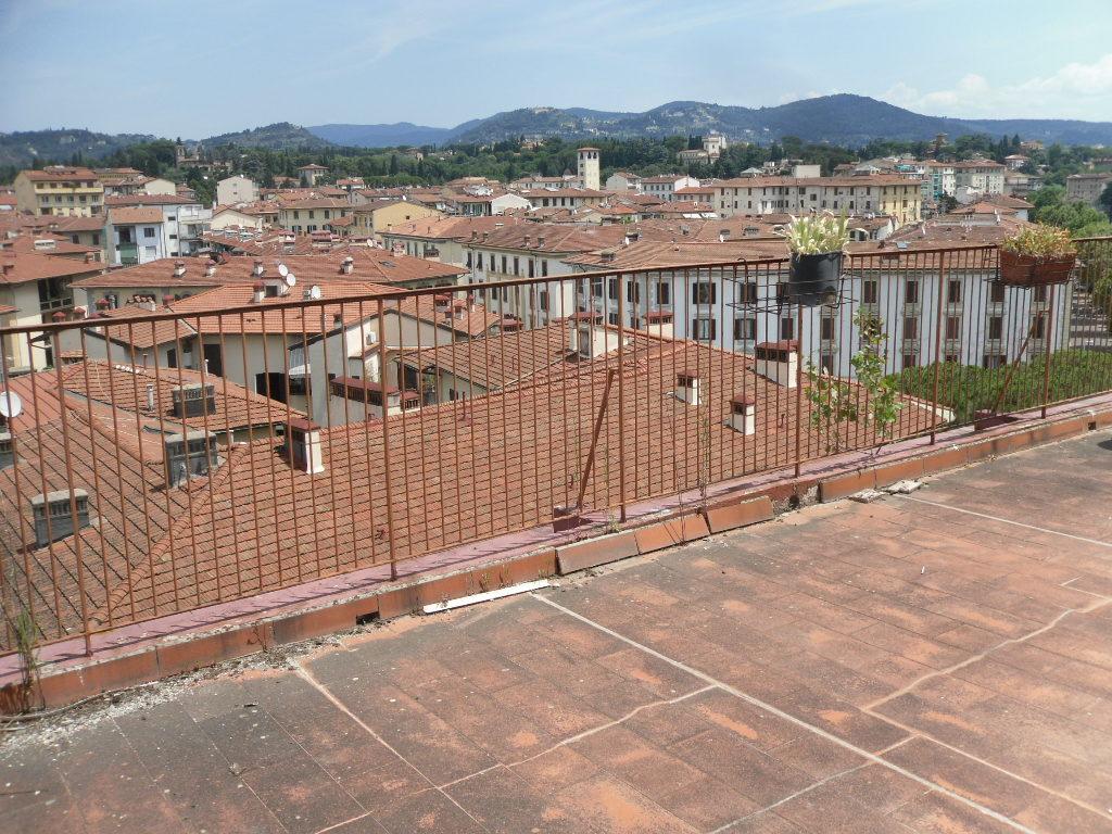 Via Milanesi pressi in bella palazzina fine anni 50' piano alto 5,5 vani con terrazza abitabile